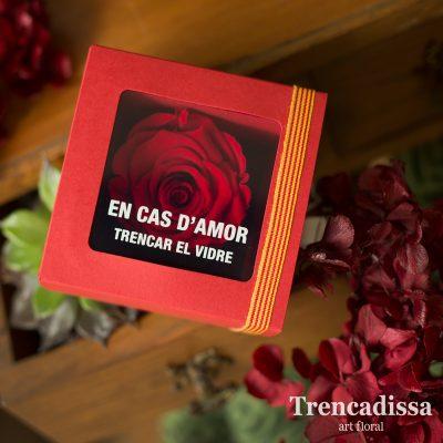 Rosa preservada de color rojo, eterna, en un embalaje especialmente diseñado para Sant Jordi.