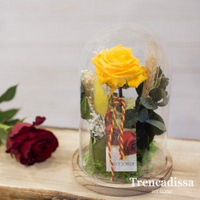 Rosa preservada de color amarillo, eterna, en una pequeña campana decorativa de vidrio, composición floral especialmente diseñada para Sant Jordi.