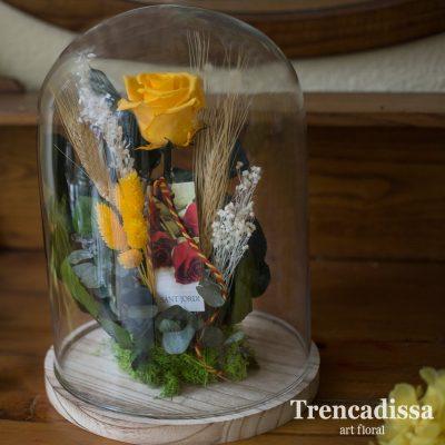 Rosa preservada de color amarillo, eterna, en una campana decorativa de vidrio, composición floral especialmente diseñada para Sant Jordi.