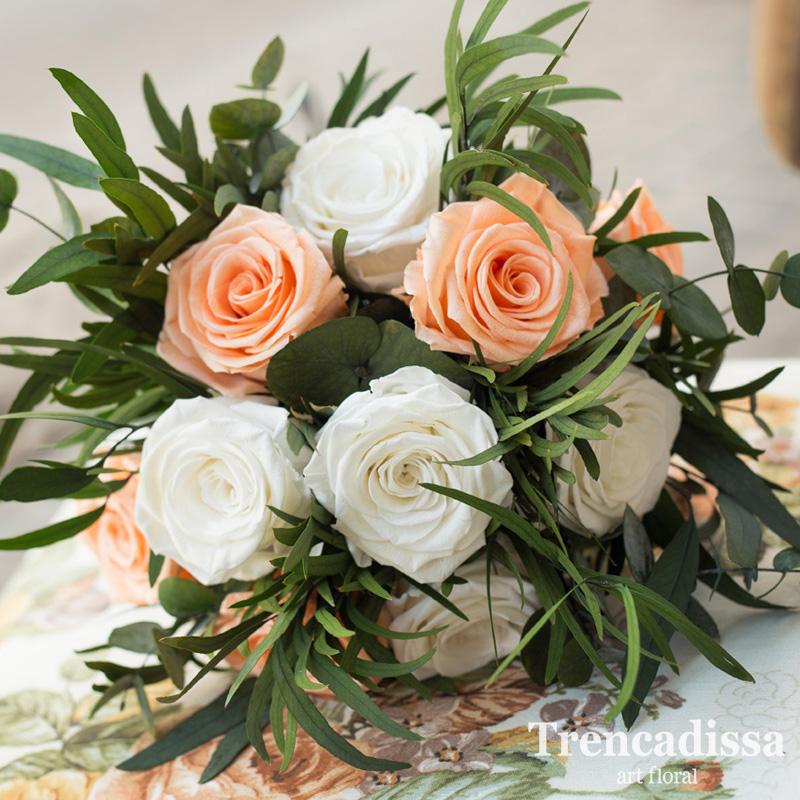 Ramo de novia con rosas preservadas en tonos blancos y peach, con eucalipto, parvifolia y cinerea, silvestre y muy natural