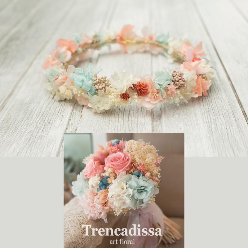 Corona floral con flor preservada romántica y delicada en tonos pastel, empolvados, perfecto complemento para el ramo de novia Juliette.