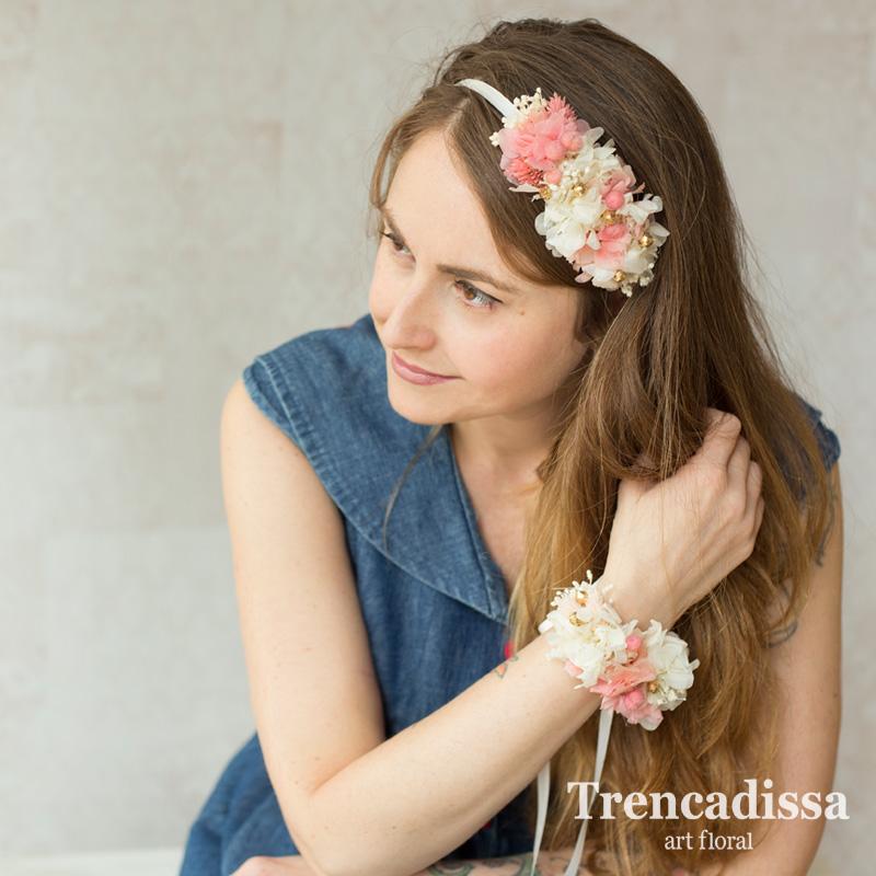 Tocado lateral floral en tonos rosas y blancos, para bodas o eventos especiales
