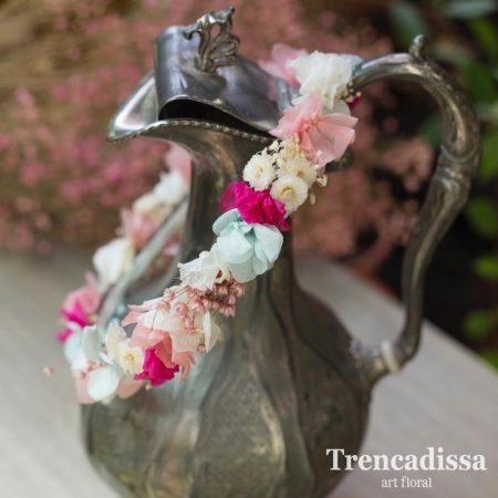 Corona fina con flores preservadas en tonos rosas, fucsias y azules. Las personalizamos a vuestro gusto y a juego del ramo de novia.