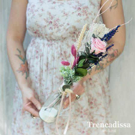 Jarrón de vidrio con una rosa, lavanda y flor seca Jarrón de vidrio decorado con una rosa preservada, lavanda y flor seca.