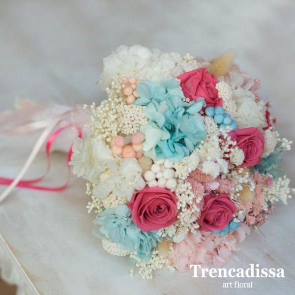 Julieta. Ramo de novia preservado en tonalidades blancas, azul celeste, rosa pastel y fucsia