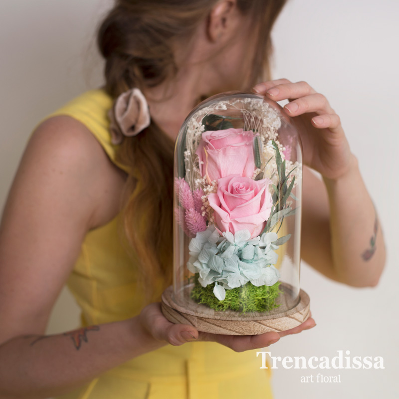 Cúpula con flor preservada, ideal para regalo de boda a las madres de los contrayentes