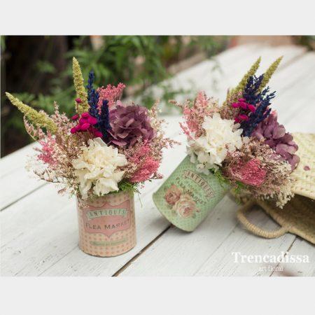 Latas de estilo vintage con flor seca y reservada
