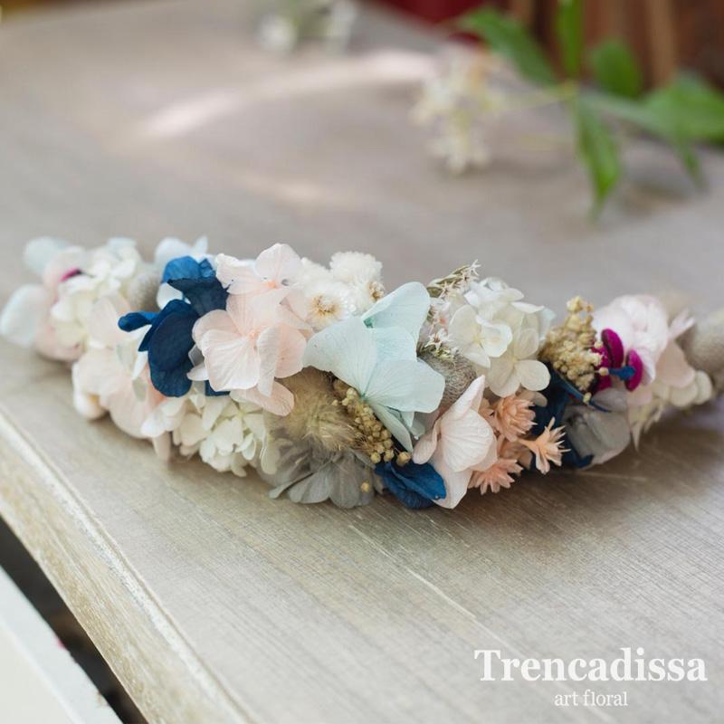 Semicorona con flores preservadas en tonos rosas,crudos, azules. Las personalizamos a vuestro gusto y a juego del ramo de novia.