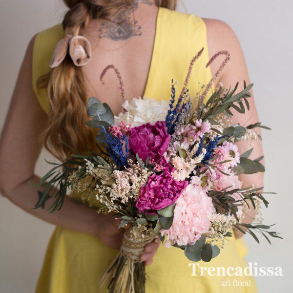 Ramo de novia con flor preservada, con peonias, eucalipto, en tonos rosados y blancos