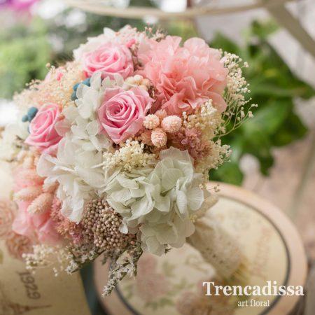 Ramo de novia con flor seca y preservada en tonos rosas, blancos y sweet