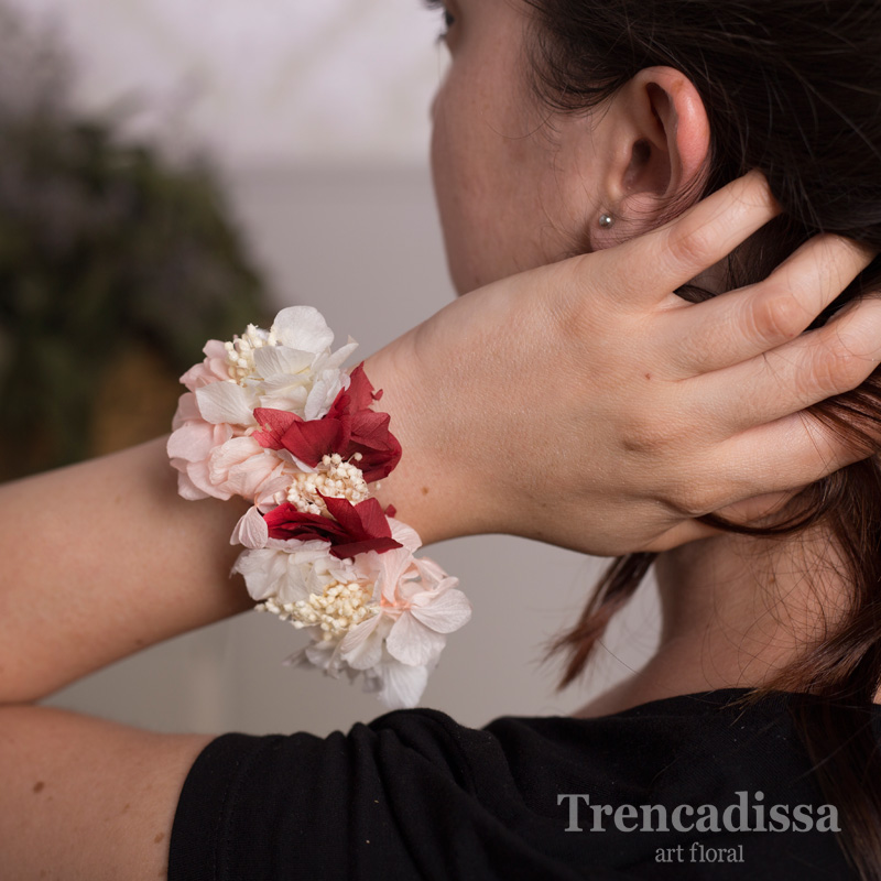 Brazalete con flor preservada en blancos y granates