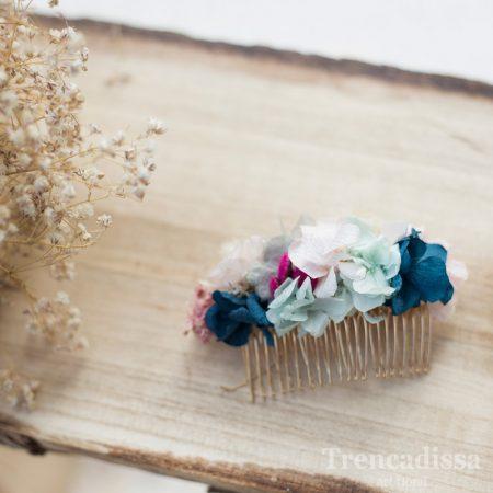 Peineta floral en tonos pastel y detalle azul prusia