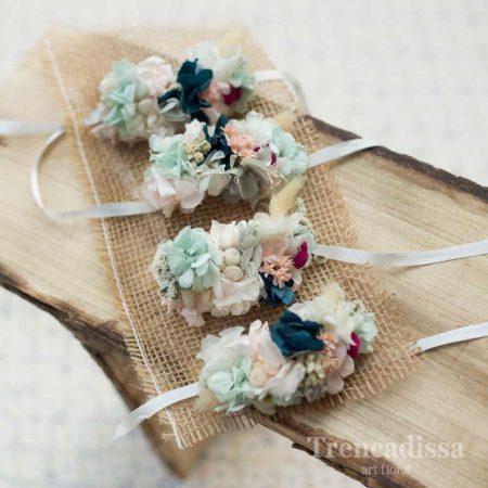 Pulseras florales con flor preservada en tonos pastel y un toque de azul prusia