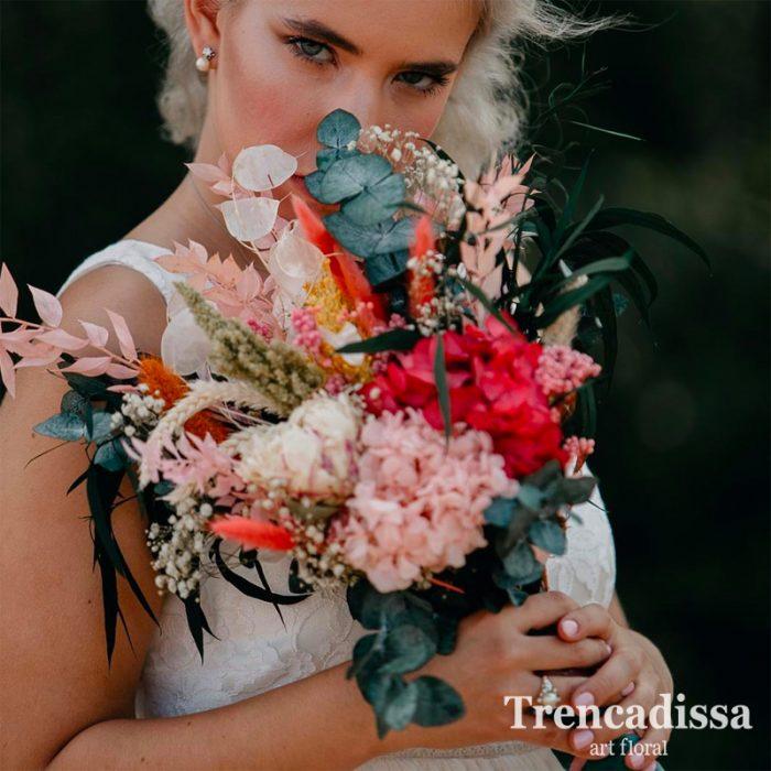 Ramo de novia de estilo naturalista, con eucaliptos preservados, hortensia, peonias, ghypsophila, bloom, flor de arroz y hierba holandesa. De colores variados mezclando rosa, verde y beig.