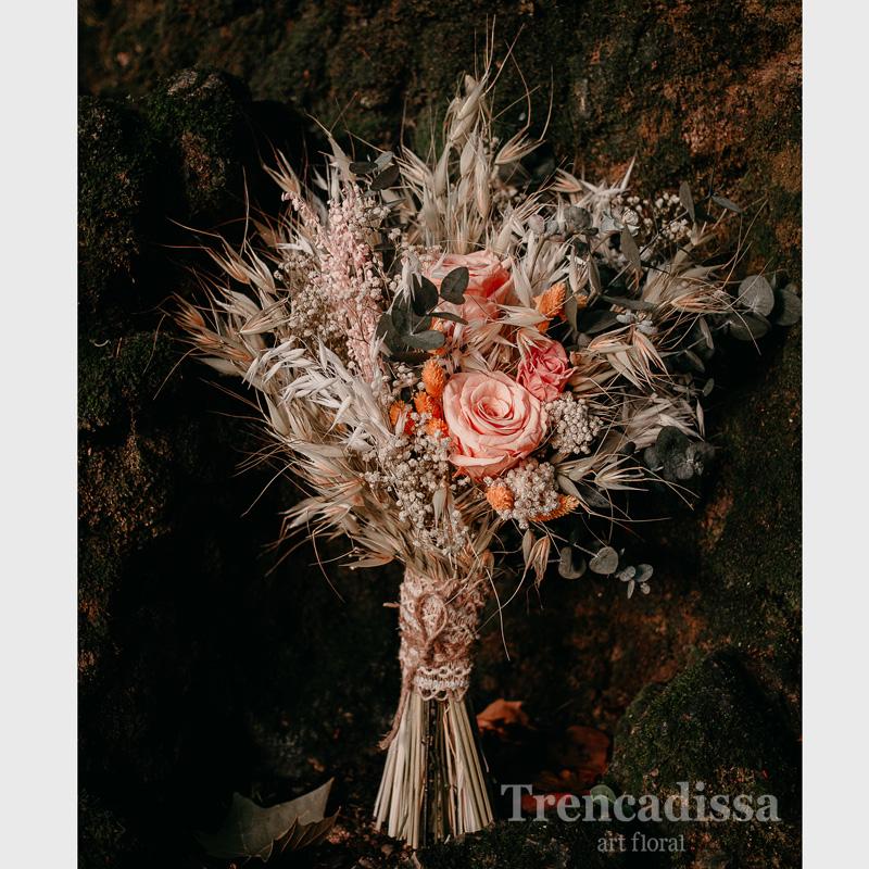 Ramo con eucalipto preservado, avena, paniculata preservada, phalaris, dos rosas extras de color salmóny una pequeña.