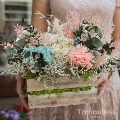 Caja de madera con flor seca y preservada en tonos crema, rosa y aguamarina