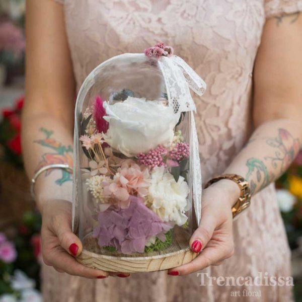 Cúpula de vidrio decorativa con flor preservada