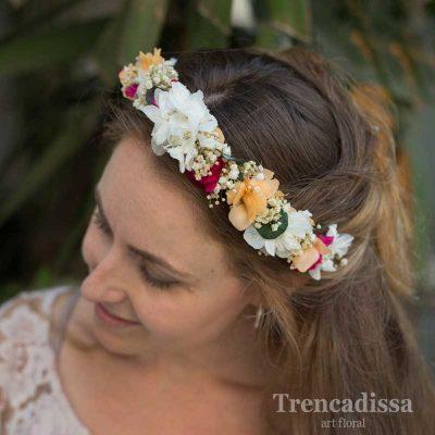 Diadema floral preservada en tonos peach y blancos