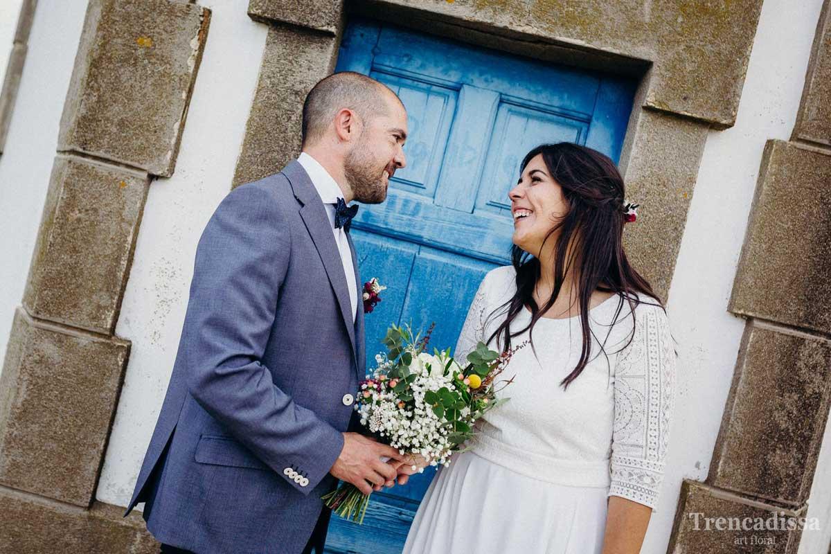 Boda de Marta i Manel, ramo de novia con flores naturales y peineta floral a juego