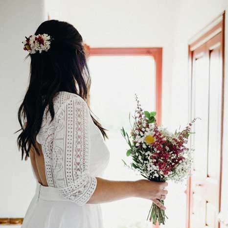 Bouquet de novia con flores naturales y peineta
