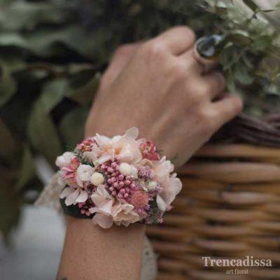 Pulsera o brazalete con flor seca y preservada en tonos rosados y blancos
