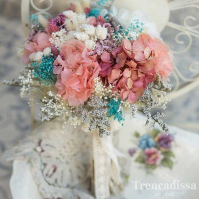 Ramo de novia en tonos rosa, blanco y azul, con hortensia preservada