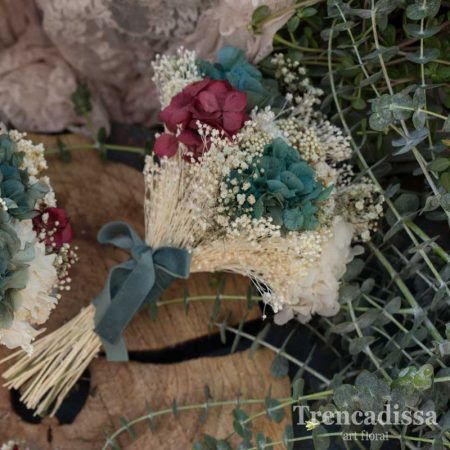 Réplica de Flora, ramo de novia preservado en tonos burdeos y turquesa, con hortensia blanca, turquesa y burdeos, flor de arroz, bloom, phalaris, gloxia y ghypsophyla.