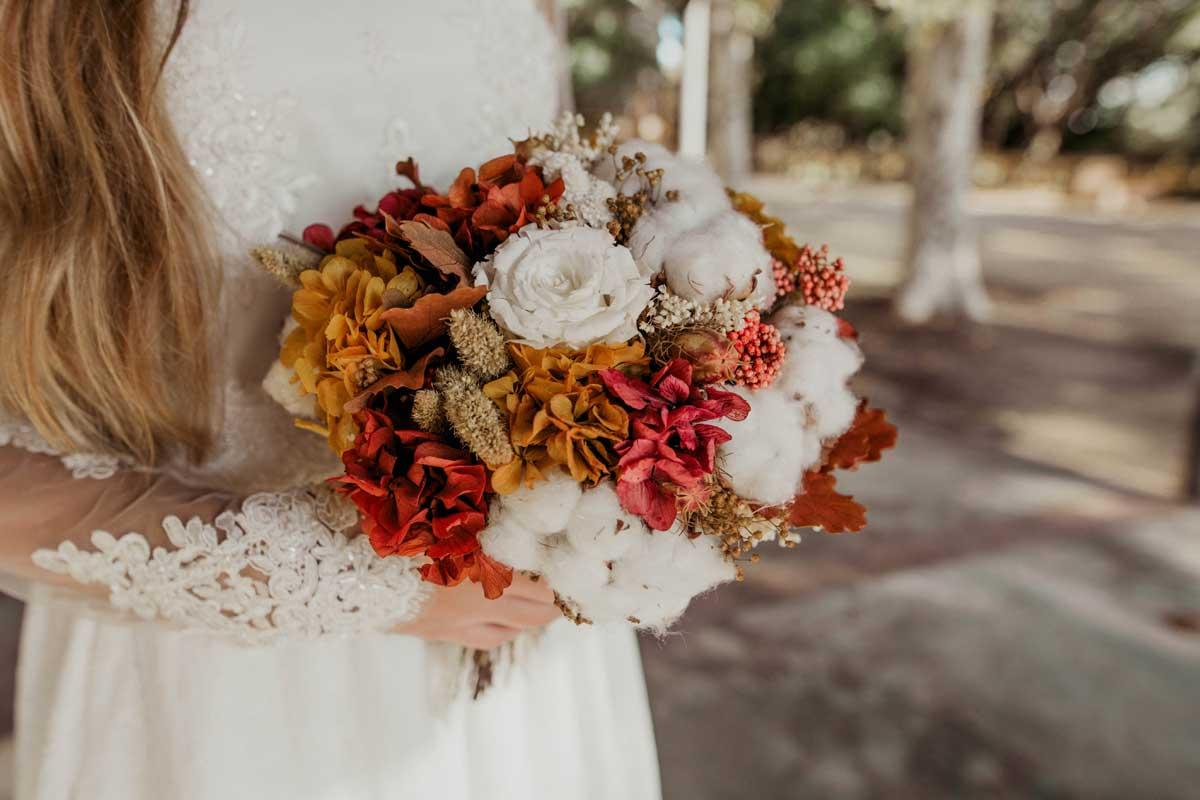 Ramo de novia con flor seca y preservada con rosas y flor de algodón, achilea, hortensia, paniculata