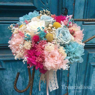 Ramo de novia en tonos rosas y azules, preservado.