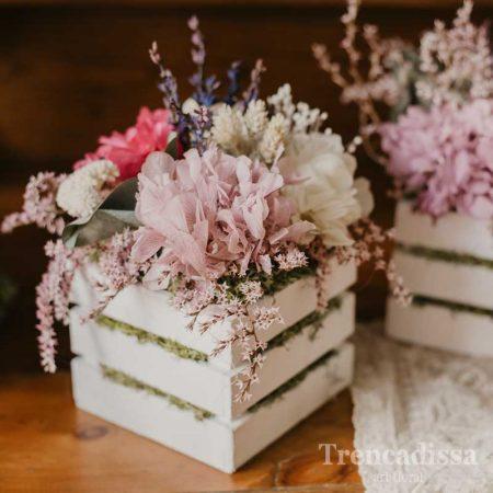 Caja de madera con flor seca y preservada en tonos beis y rosa