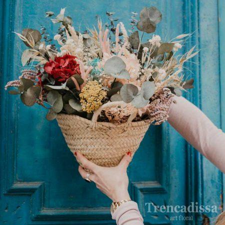 Capazo pequeño con flor seca y preservada