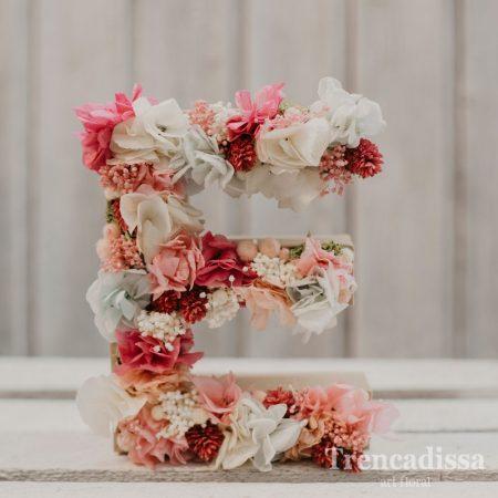 Eva, letra decorada con flor preservada
