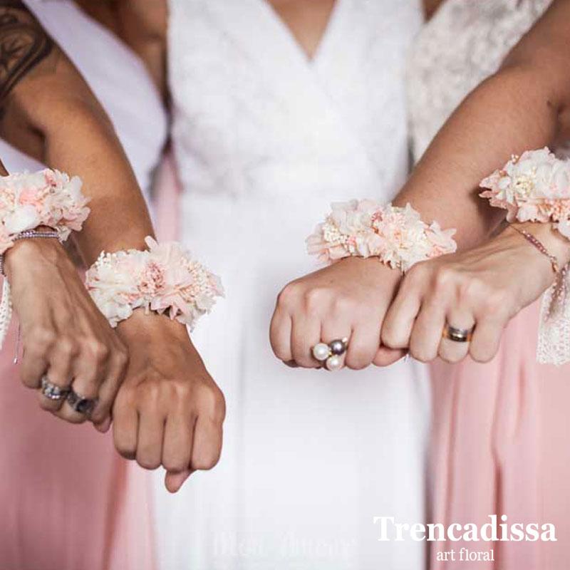 Brazalete con flor preservada en blanco y rosa