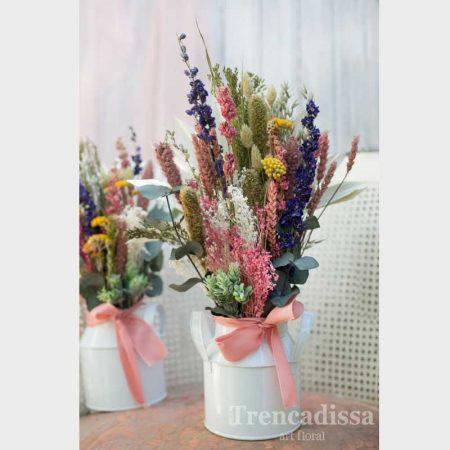 Lechera de estilo vintage con flor seca y preservada