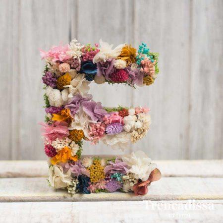 Erika, letra decorada con flor preservada. Floristería en Badalona.
