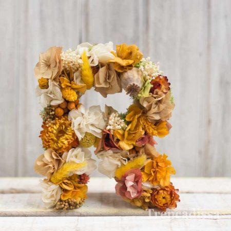 Letra decorada con flor preservada, venta online o en nuestra floristería de Badalona.