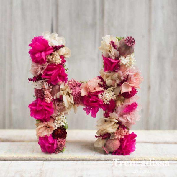 Letra H decorada con flor seca y preservad, en nuestra floristería de Badalona o online