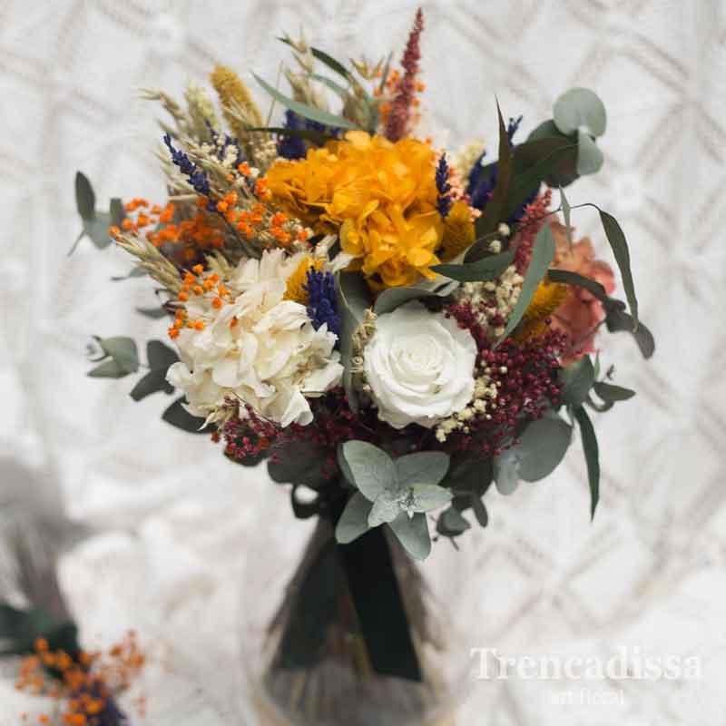 Ramo de boda con rosa, hortensia y flor seca y preservada variada
