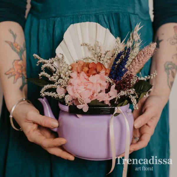 Tetera lila con flor seca y preservada