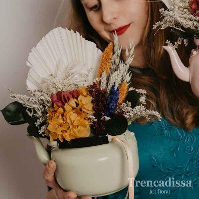 Tetera beis con flor seca y preservada