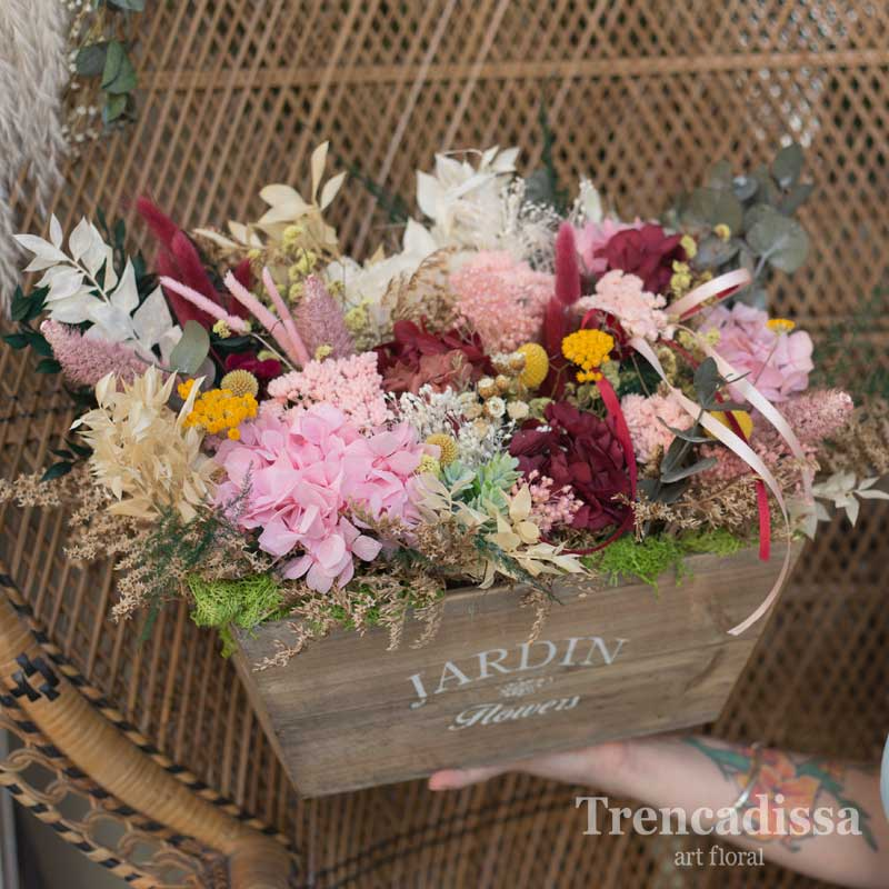 Caja de madera vintage con flor seca y preservada en floristería de Badalona-Barcelona, venta online