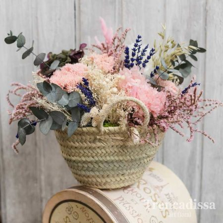 Capazo con flores secas y preservadas para decoración o regalo