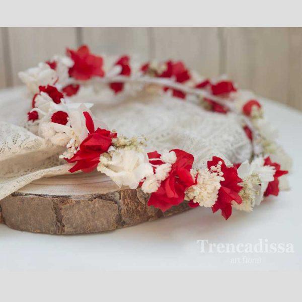 Corona floral en blanco y rojo, para boda, en floristería Trencadissa, Badalona. Barcelona
