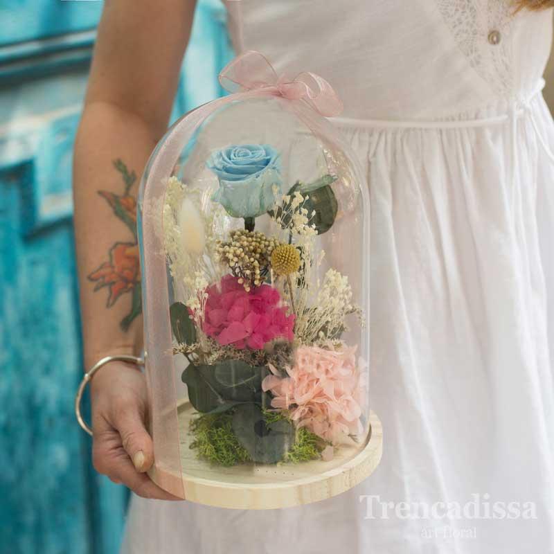 Cúpula de vidrio con flores preservadas, rosa y hortensia, eternas. En floristería de Badalona-Barcelona, venta online para toda España.
