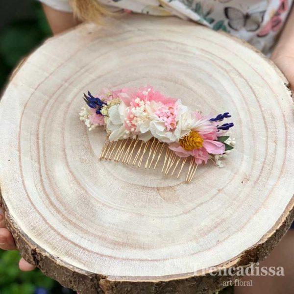 Peineta con flores preservadas en tonos rosa y blancos, con un toque de lila