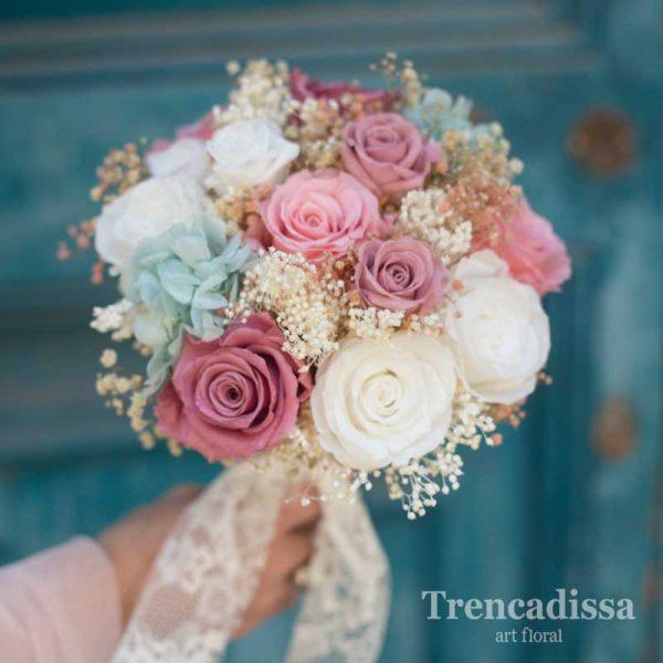 Ramo de novia, tipo bouquet, con rosas en diferentes colores, blanco, rosa, azul, preservado, en floristería Badalona-Barcelona