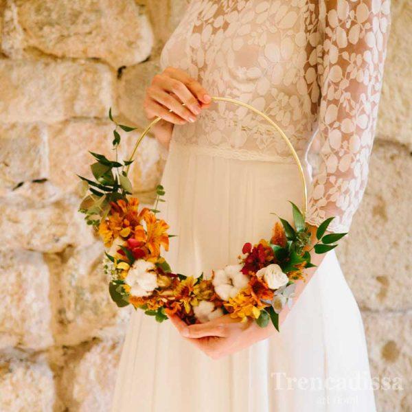 Ramo de novia en estructura circular, original y diferente. Las flores secas y preservadas están montadas en un aro metálico con un baño dorado, ligero, hecho a mano.