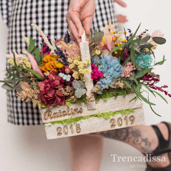 Caja de madera con asa y flor preservada para decoración