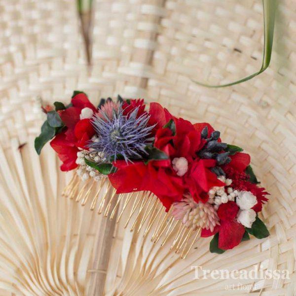Peineta con flor preservada en tonos rojos, con un toque de lila, con hortensia y flor seca y preservada.