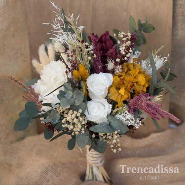 Ramo de novia silvestre con rosas blancas y eucalipto